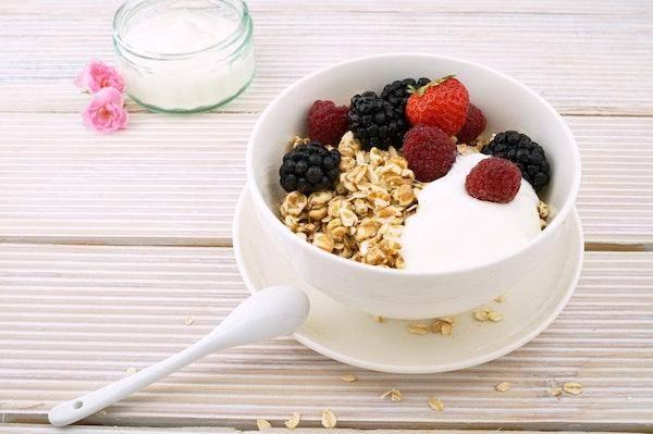flocons, fruits et lait végétal