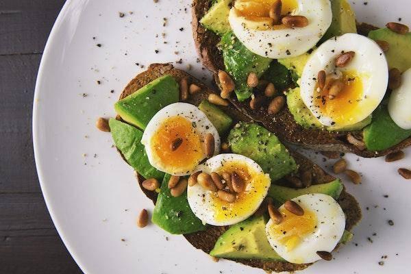 un petit déjeuner sain et équilibré