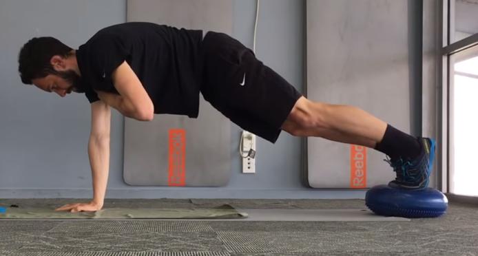 Gainage ventral dynamique sur un bras