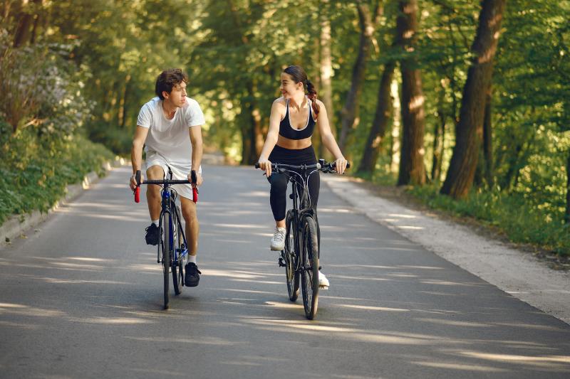 Couple faisant du vélo en forêt