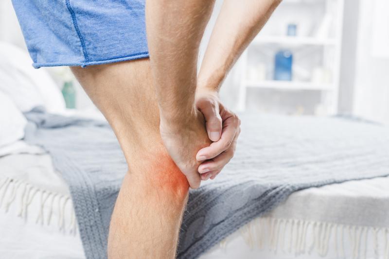 Homme ayant une tendinite au genou