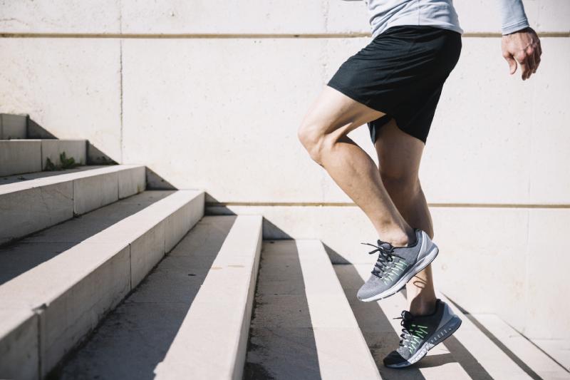 Homme pratiquant la course à pied pour maigrir