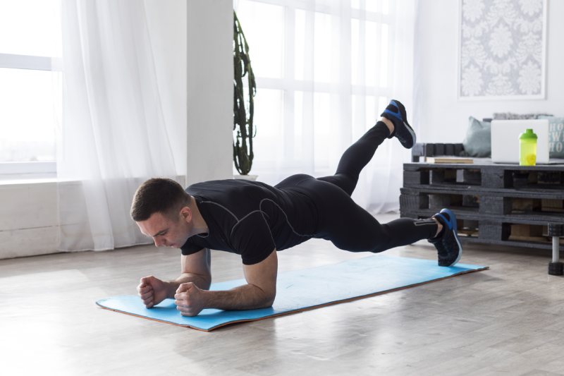 Homme gainage planche